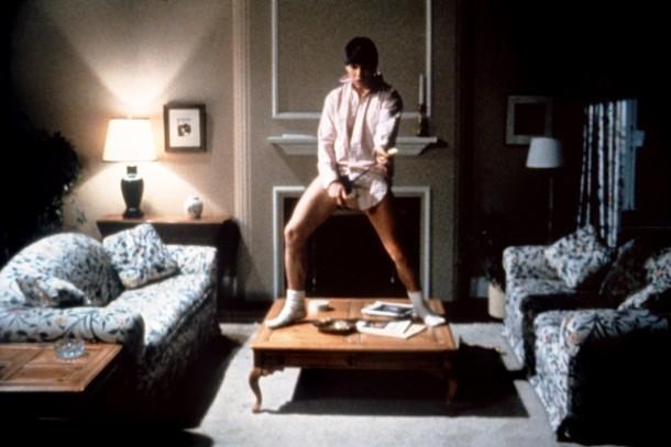 Tom Cruise en la famosa escena de la película Risky Business   vía Toostressed